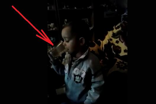 Шок и Ужас!!! Майка кара 2-годишните си деца да ПИЯТ КАФЕ и да ПУШАТ докато ги заснема!!!