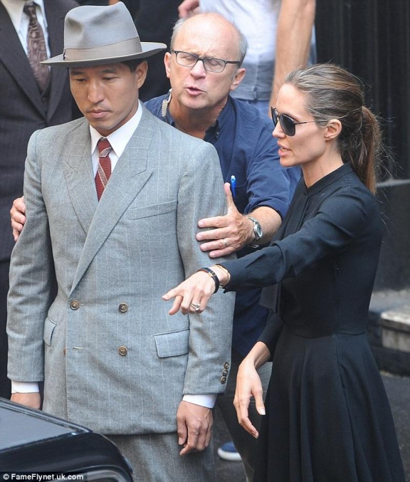 Наистина ли Анджелина си отива?! Вижте нови снимки,на които прилича на сив скелет!